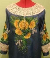 Яркие цветы солнца вышиты на тонкой джинсовой ткани , кружево – лён . Tуника р.44-46 . Ширина туники – 55 см ,длина туники – 75 см , длина рукава – 58 см . На заказ вышью за 10 дней