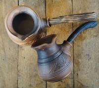 Виготовлена з червоної глини на гончарному колі. Випалена в печі на дрова та покрита молоком. Ручка виготовлена з дерева, що не так сильно нагрівається як кераміка. Можна використовувати на електричні та газовій плиті (за допомогою металевого розсіювача).