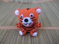Милый маленький тигренок с добрыми глазами. Игрушка легко помещается на ладоне. Замечательная игрушка для деток, подарок в качестве сувенира. Расцветки две: желтый тигренок и оранжевый.