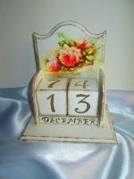 """Вечный календарь """"Romance"""" в стиле шебби-шик (Shabby chic). Потертый шик — так переводится название этого модного стиля. Состаренная роскошь, которую шебби стиль делает более уютной и даже милой. А характерные черты этого стиля: легкость пастельной гаммы, романтика в мотивах узоров с налетом элегантности и тонкого вкуса. Вечный календарь отлично смотрится на трюмо, столе, подоконнике. Эта вещица дополнит интерьер Вашей комнаты или же станет интересным подарком.  Календарь выполнен в технике декупаж. Рисунок нанесен с двух сторон календаря. Размер - 140х100х150. Числа 0-9 находятся на 2-х блоках-кубиках в правильной комбинации. Месяцы года находятся на 3-х узких блоков. Блоки ручной работы вырезаны из древесины сосны, стороны отшлифованы, окрашены, лакированы. В работе применялись натуральные, профессиональные, экологически чистые материалы с высокой прочностью и износостойкостью."""