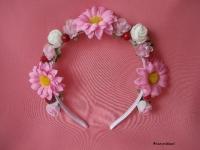 Веночек ручной работы! Яркие розовые цветы оттеняют нежные розы и гвоздики. Сочетание нежности и яркости! К любому образу и торжеству!