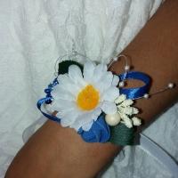 Бутоньєрки на руку та одяг виготовлені із штучних квітів.Можливе виготовлення бутоньєрок під певний стиль весілля чи в певній кольоровій гаммі.