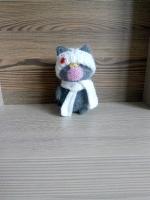 Котик виготовлений з шерсті. Наповнювач холофайбер. Стоїть самостійно. Можна прати вручну або в автоматі при температурі 30 градусів. Одяг знімається. Всі деталі пришиті вручну