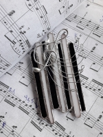 Я люблю живую музыку, люблю чарующий звук аккордеона.  В нём заключена некая тайна. Романтика, путешествия, свобода и джаз...  В этой броши, я хотела передать всю красоту звучания этого инструмента. Надевая брошь «Звуки аккордеона» на джазовый фестиваль, или на концерт классической музыки, вы будите выглядеть элегантно, и стильно. Брошь - это не просто красиво, это неповторимое искусство, истинное чудо, как звук божественной музыки. Брошь  ручной работы, изготовлена из витражного стекла, сзади прикреплена металлическая булавка Размер броши: ширина – 45 мм                               высота   - 90 мм
