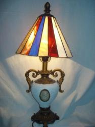 Настольная лампа в стиле Тиффани. Может использоваться как ночник. Высота 62 см. диаметр 27 см. Вес 2 кг