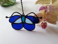 Ручная работа, маленький витраж из цветного стекла в технике Тиффани.  Это будет оригинальная деталь декора вашего дома или сада. Он будет изумительным подарком на день рождения,  на новоселье, или презентом любимому другу. Яркие бабочки будут радовать вас весь год.  В комплект к витражу входят: цепочка, силиконовый держатель. Материал : Стекло, медная фольга, припой, патина, медная проволока Размер детали Ширина 10 см Высота   5 см Каждый витражный декор надежно упакован в коробку для доставки его клиенту в отличном состоянии. Инструкция по уходу: 1.Промойте под холодной водой 2.Дайте изделию высохнуть 3.При необходимости протрите мягкой тканью без ворса