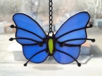 Ручная работа, маленький витраж из цветного стекла в технике Тиффани.  Это будет оригинальная деталь декора вашего дома или сада. Он будет изумительным подарком на день рождения,  на новоселье, или презентом любимому другу. Яркие бабочки будут радовать вас весь год.  В комплект к витражу входят: цепочка, силиконовый держатель. Материал : Стекло, медная фольга, припой, патина, медная проволока Размер детали Ширина 8 см Высота   6 см Каждый витражный декор надежно упакован в коробку для доставки его клиенту в отличном состоянии. Инструкция по уходу: 1.Промойте под холодной водой 2.Дайте изделию высохнуть 3.При необходимости протрите мягкой тканью без ворса