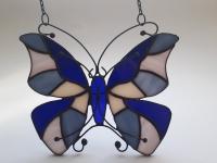 Ручная работа, маленький витраж из цветного стекла в технике Тиффани.  Это будет оригинальная деталь декора вашего дома или сада. Он будет изумительным подарком на день рождения,  на новоселье, или презентом любимому другу. Яркие бабочки будут радовать вас весь год.  В комплект к витражу входят: цепочка, силиконовый держатель. Материал : Стекло, медная фольга, припой, патина, медная проволока Размер детали Ширина 19 см Высота   15 см Каждый витражный декор надежно упакован в коробку для доставки его клиенту в отличном состоянии. Инструкция по уходу: 1.Промойте под холодной водой 2.Дайте изделию высохнуть 3.При необходимости протрите мягкой тканью без ворса