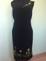 Заготовка для пошива оригинального платья . Отрез ткани – длина 1 м 30 см , ширина 1 м 50 см . Вышивка расположена по низу платья , максимальная высота вышивки 17 см и спереди ( возле горловины ) – веточка с цветочками и паучком . Ткань – шёлк с лавсаном , производства Индонезии , очень приятная , не сильно сминается и не просвещается .