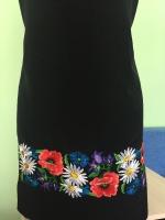 Заготовка для пошива платья . Отрез ткани – длина 1 м 30 см , ширина 1 м 46 см . Машинная вышивка . Рисунок вышит по низу платья . Длина вышивки 1 метр 46 , высота рисунка 12,5 см . Ткань – шёлк с лавсаном , производства Индонезии , очень приятная , не сильно сминается и не просвещается .