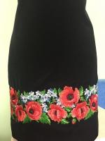Заготовка для пошива платья . Отрез ткани – длина 1 м 30 см , ширина 1 м 46 см . Машинная вышивка . Рисунок вышит по низу платья . Длина вышивки 1 метр 46 , высота рисунка 13 см . Ткань – шёлк с лавсаном , производства Индонезии , очень приятная , не сильно сминается и не просвещается .
