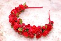 Пышный обруч выполнен в ярком красном цвете из розочек, тычинок, подснежников, ягод сахарной калины. Подойдет под вышиванку, платье, практически под любой наряд. Отличное дополнение к яркой красной помаде!