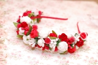 Яркий ободок выполнен в бело-красных тонах на металлической основе. Красивое дополнение для праздничного или повседневного образа