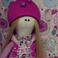 Куколка Даша ищет свой новый дом. Выполнена из трикотажа, наполнитель синтепон. Сама стоит . Одежда несемная,только колготы и обувь.