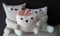 """Интерьерная подушка """"Коты семья"""" - авторская ручная работа. Милый и стильный аксессуар, который создаст уют в вашем доме. А """"территорию"""" между маленьким котиком и большими можно использовать как кармашек для пульта. Из очень мягкой и приятной на ощупь махры велсофт молочного цвета и бежевого трикотажа. Может быть выполнена в другом размере и цветовых сочетаниях, по вашему пожеланию. Подушка размером 45см*30см -= 300 грн. Размер 33см*28см 280грн  Наполнитель - холлофайбер."""