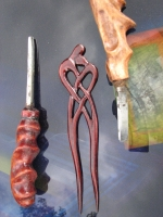 """Авторська дерев""""яна заколка """"Сердечний перепліт"""" розроблена і вирізана особисто мною, Харус Павлом, зі старого дерева бузку. Гарна, міцна і практична. Можливе виготовлення заколки з любоі, екологічно чистоі деревини, енергетика якоі більш за все підходить для вас."""