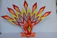 Жар-птица (павлин) модульное оригами.  Покрыта бесцветным лаком.  Для себя или на подарок.  Высота - 37 см, ширина - 52,5 см.