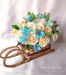 Композиция в санях.из холодного фарфора.Каждый цветочек,лепесточек,листик вылеплен в ручную из специальной самозатвердиваемой глины. Станет прекрастным подарком или декором для вашего дома!