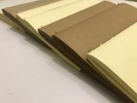 Змінні блоки для блокнотів: екологічно чистий папір Крафт (країна виробник-Швейцарія) натурального бурого кольору; кольору слонової кістки і кольору ваніль (країна виробник - Австрія); а також акварельний папір. Блок складається з 60 аркушів, для акварелі-30 листів .. Блокнот з приємно шелестять паперовими листами не виходить з моди не дивлячись на всі технологічні новинки. Тому що це, ні багато ні мало, - особистий асистент в повсякденному житті будь то ділового, або творчої людини.