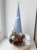 Новорічна ялинка зроблена з мережива та дрібного новорічного декора. На той момент створення прийшла така новорічна ідея - ця ялинка на мою думку вийшла досить гарна і сподіваюсь вона знайде свого покупця! Гарних свят!